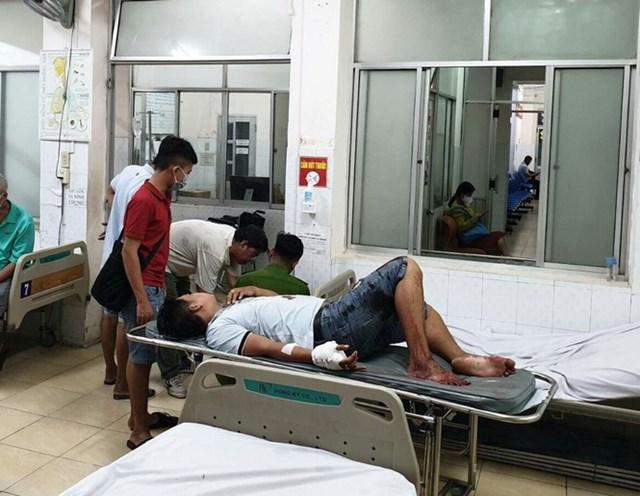 Các nạn nhân bị chém trọng thương, được người dân đưa đi cấp cứu.