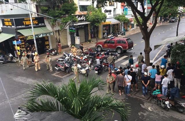 Lực lượng Công an phong tỏa hiện trường để phục vụ điều tra vụ cướp tại chi nhánh ngân hàngTechcombank.