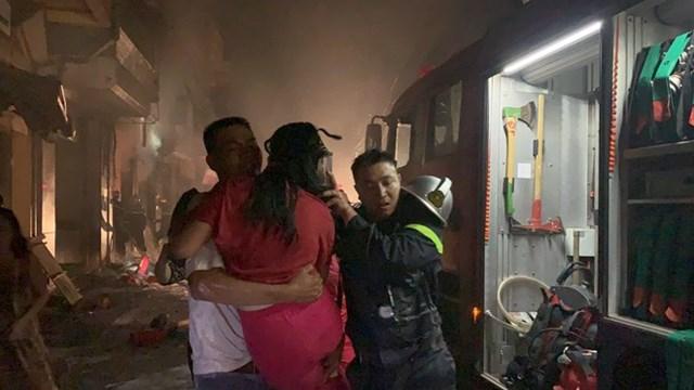 Giải cứu người mắc kẹt trong đám cháy, một lính cứu hỏa nhường mặt nạ chống độc cho nạn nhân.