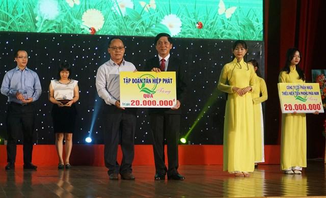 Đại diện Tân Hiệp Phát trao bảng tượng trưng tài trợ cho chương trình
