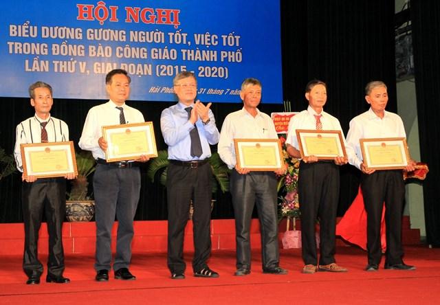 Ông Nguyễn Xuân Bình, Phó Chủ tịch Thường trực UBND TP trao Bằng khen tặng các tập thể, cá nhân xuất sắc.
