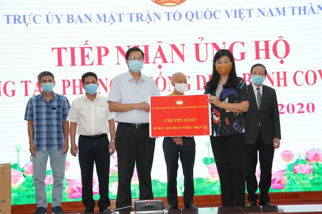 Ủy ban MTTQ thành phố chuyển giao 40 máy đo thân nhiệt cho Sở Y tế Hà Nội.