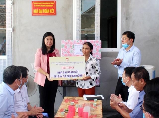 Chủ tịch Ủy ban MTTQ thành phố Nguyễn Lan Hương trao tiền hỗ trợ xây nhà Đại đoàn kết cho gia đình ông Đặng Đình Miêng.