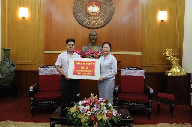 Phó Chủ tịch Trương Thị Ngọc Ánh tiếp nhận ủng hộ công tác phòng chống dịch Covid-19.