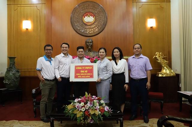 Phó Chủ tịch Trương Thị Ngọc Ánh và đại diện Công ty VNPAY tại lễ tiếp nhận.