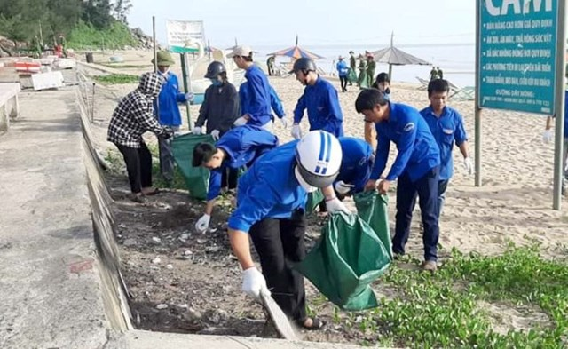 Tuổi trẻ Hà Tĩnh ra quân bảo vệ môi trường.