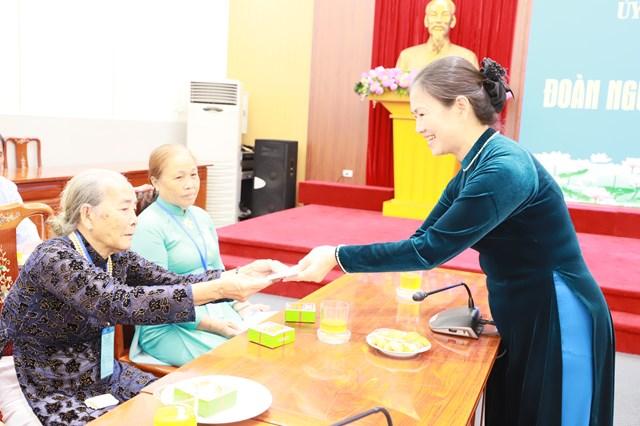 Phó Chủ tịch Trương Thị Ngọc Ánh tặng quà cho người có công