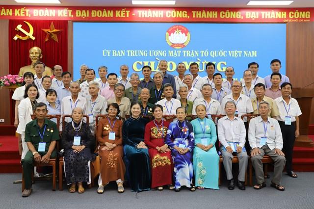Phó Chủ tịch Trương Thị Ngọc Ánh chụp ảnh lưu niệm cùng đại biểu.