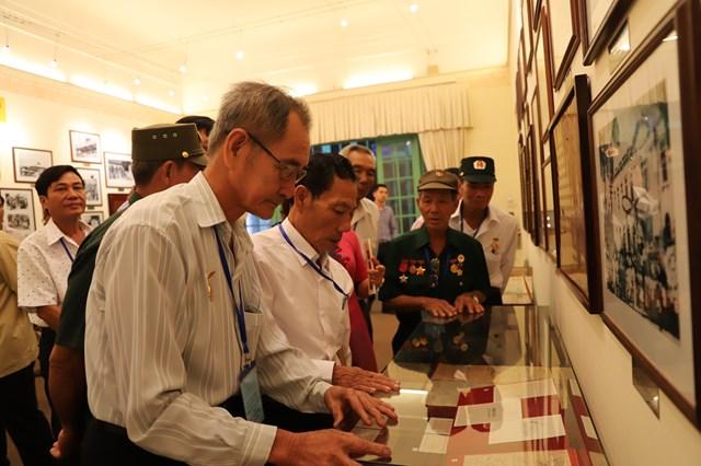 Các đại biểu tham quan bảo tàng Mặt trận.
