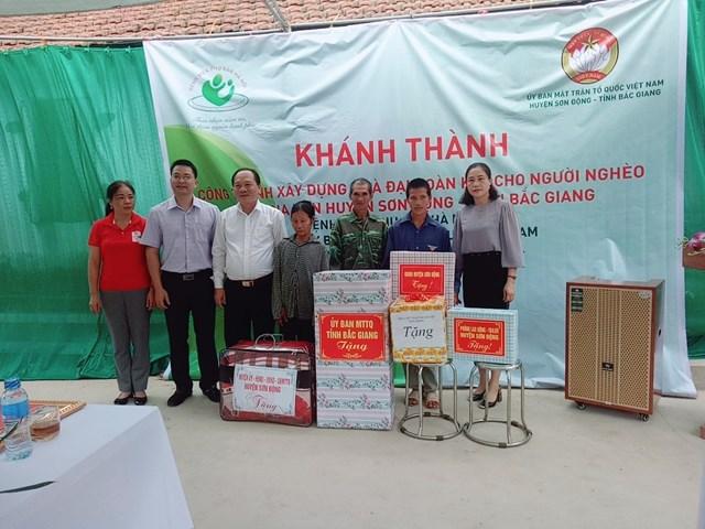 Ông Trần Công Thắng, Chủ tịch UBMTTQ tỉnh Bắc Giang khánh thành nhà Đại đoàn kết cho hộ nghèo.