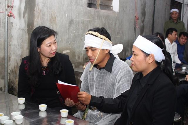 Chủ tịch MTTQ thành phố Hà Nội thăm hỏi gia đình liệt sỹ gặp nạn tại thủy điện Rào Trăng 3.
