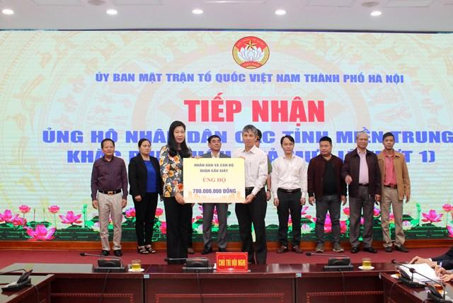 Bà Nguyễn Lan Hương, Chủ tịch UBMTTQ thành phố tiếp nhận ủng hộ từ các đơn vị.