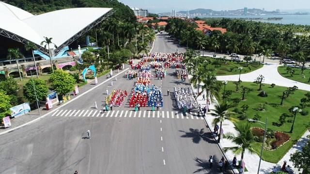 Nhìn từ trên cao, đoàn diễu hành cùng nhau tạo hình thành