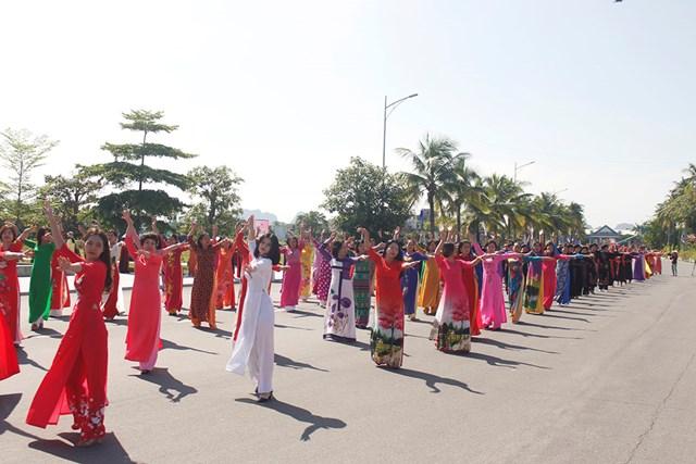 Mở đầu màn diễu hành là tiết mục dân vũ ấn tượng, mang đậm nét văn hóa đặc trung của từng vùng miền của Quảng Ninh.