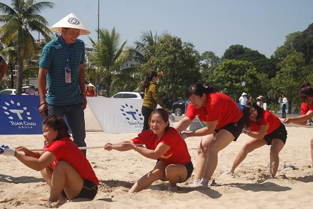 """Bên cạnh phần diễu hành áo dài, chương trình còn có các hoạt động thể thao sôi động dành cho """"chị, em"""" phụ nữ được tổ chức trên bãi biển."""