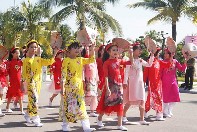 Đặc biệt trong màn diễu hành là sự tham gia của các bé gái với trang phục áo dài cách tân.
