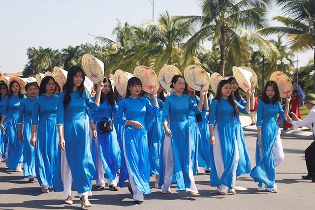 Đồng phục áo dài màu xanh của đoàn nữ sinh Đại học Hạ Long mang màu sắc tươi mới của tuổi trẻ.