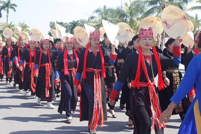 Bên cạnh tà áo dài truyền thống, trang phục của phụ nữ dân tôc thiểu số còn tạo dấu ấn văn hóa riêng biệt, thu hút sự quan tâm của người xem.