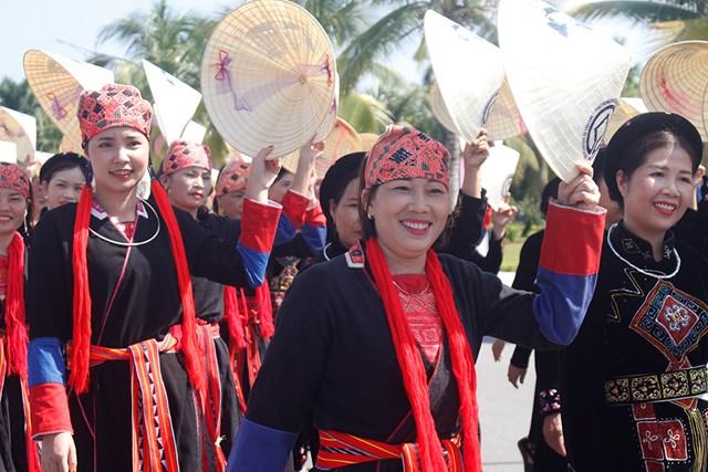 Rực rỡ sắc màu áo Tuần lễ áo dài Hạ Long - Ảnh 2