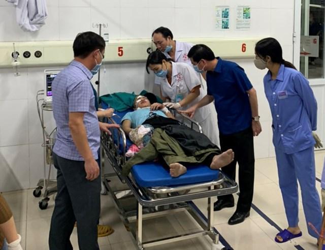 Lãnh đạo huyện Hải Hà (Quảng Ninh) trực tiếp thăm các nạn nhân trong vụ tai nạn.