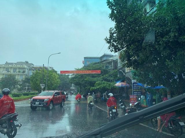 Ô tô che chắn gió bão cho xe máy qua cầu Bãi Cháy - Ảnh 3