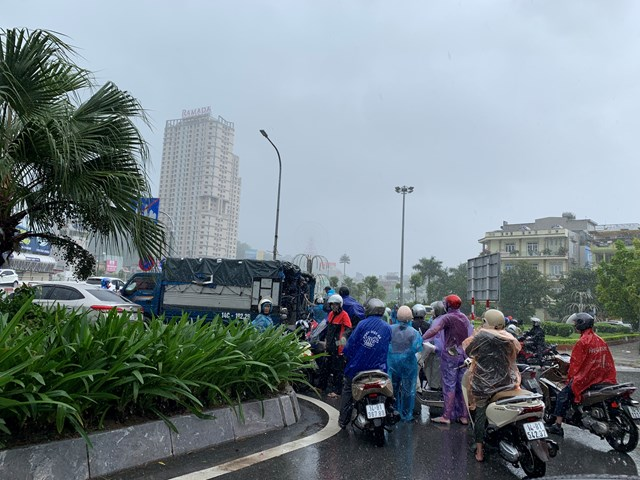 Ô tô che chắn gió bão cho xe máy qua cầu Bãi Cháy - Ảnh 1