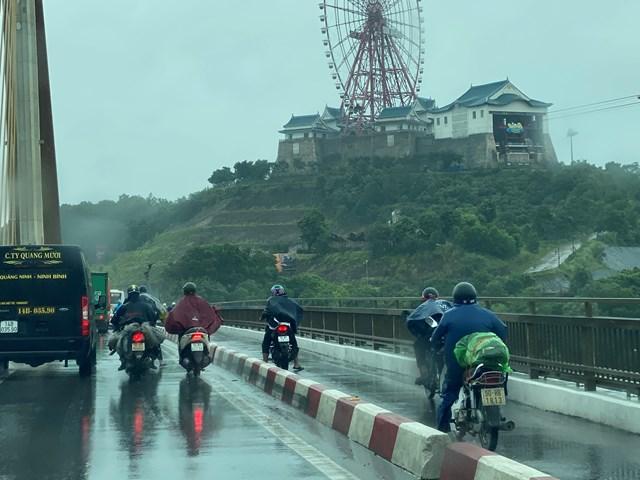 Ô tô che chắn gió bão cho xe máy qua cầu Bãi Cháy - Ảnh 2