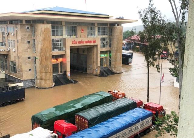 Nước lũ trên nguồn đổ về làm ngập khu vực Cửa khẩu Hoành Mô, huyện Bình Liêu, tỉnh Quảng Ninh lúc 7h sáng ngày 15/10.