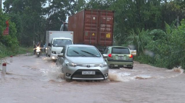 Nước lũ đổ về khu vực đường giao thông tại huyện Tiên Yên, Quảng Ninh gây khó khăn cho người dân.