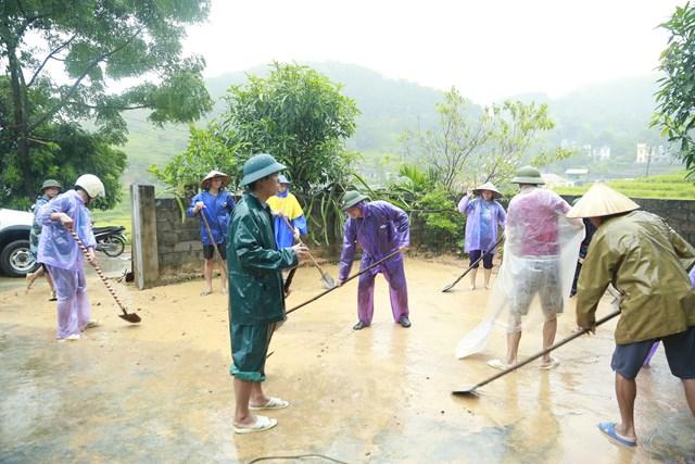 Cơ quan chức năng cùng người dân khắc phục hậu quả sạt lở đất tại huyện Tiên Yên.