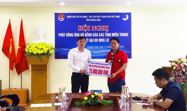 Lãnh đạo Tỉnh đoàn Quảng Ninh tiếp nhận ủng hộ từ các đơn vị.