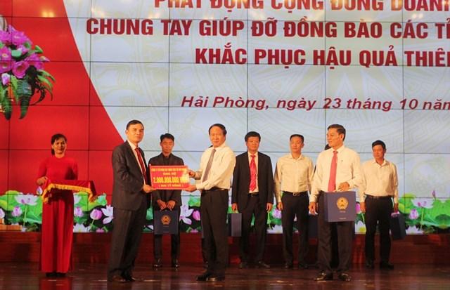 Lãnh đạo thành phố Hải Phòng tiếp nhận ủng hộ của doanh nghiệp.