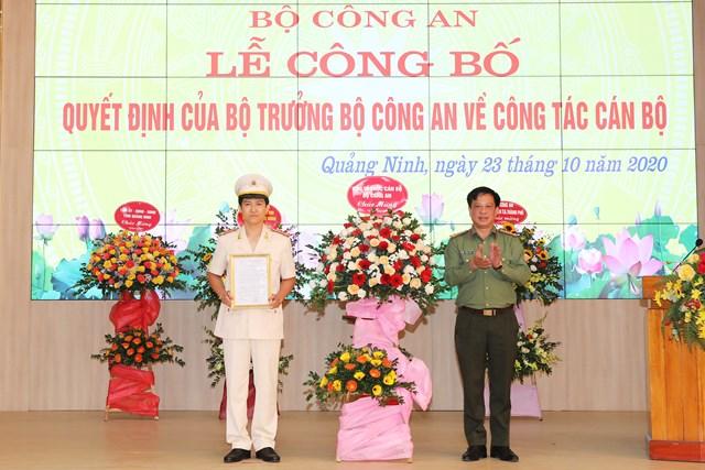 Thượng tá Trần Xuân Ánh trao quyết định điều động và bổ nhiệm có thời hạn Trung tá Mai Thế Quang giữ chức vụ Phó Giám đốc Công an tỉnh Quảng Ninh.