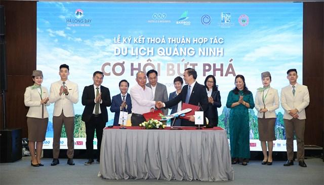 Các đơn vị, doanh nghiệp ký kết hợp tác thúc đẩy du lịch, dịch vụ Quảng Ninh dịp cuối năm.