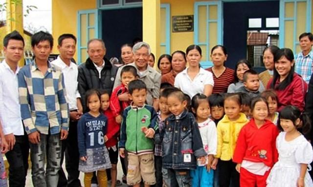Đồng chí Lê Khả Phiêu trong một lần về thăm người dân làng Rồng.