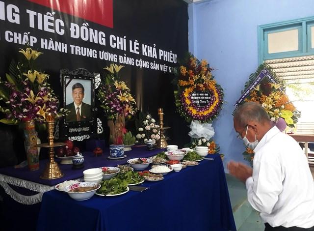 Ông Trần Văn Tẩy dâng hương, tưởng nhớ cố Tổng Bí thư.
