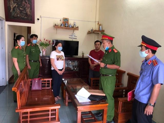 Cơ quan công an đọc lệnh khởi tố, bắt tạm giam đối tượng Nguyễn Thị Phương Ánh.