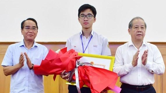 Lãnh đạo tỉnh Thừa Thiên - Huế tặng bằng khen em Hồ Việt Đức.