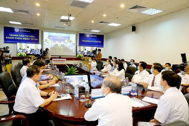 Các chuyên gia tham gia hội chẩn các ca bệnh khó tại điểm cầu Bệnh viện Trung ương Huế.