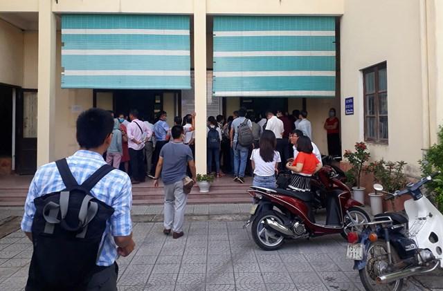 Rất đông người dân đến theo dõi phiên tòa.