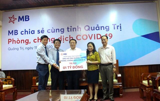 Ông Hà Sĩ Đồng, Phó Chủ tịch Thường trực UBND tỉnh Quảng Trị (giữa) tiếp nhận 1 tỷ đồng từ ngân hàng MB ủng hộ phòng, chống dịch Covid-19.