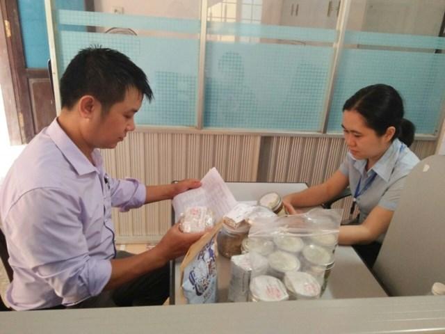 Lực lượng chức năng Quảng Trị kiểm tra các sản phẩm minh chay. Ảnh: Cơ quan chức năng cung cấp.