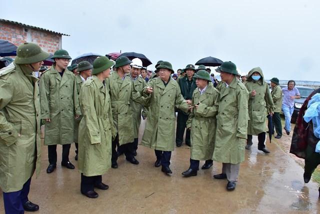 Phó Thủ tướng Trịnh Đình Dũng kiểm tra công tác phòng chống bão số 5 tại tỉnh Thừa Thiên - Huế.