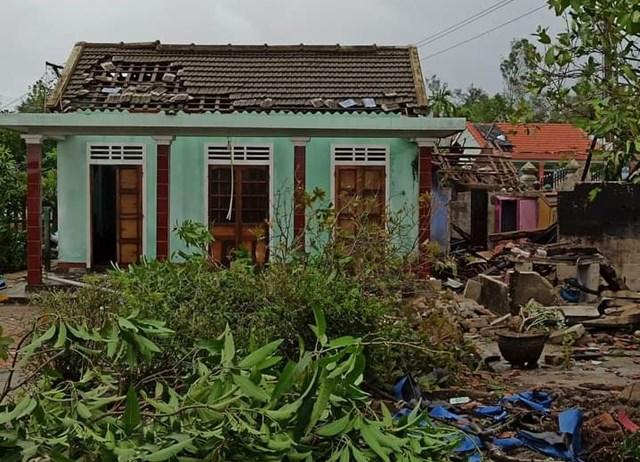 Bão số 5 đã khiến hàng ngàn ngôi nhà bị sập và tốc mái.