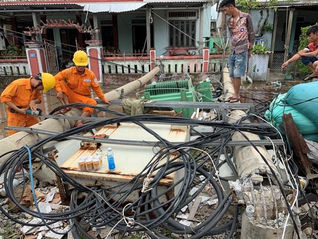Điện lực Thừa Thiên – Huế đang tập trung nguồn lực khắc phục sự cố điện do bão số 5 gây ra.