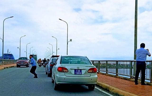 Hình ảnh xe biển xanh dừng trên cầu Nhật Lệ 1 vào sáng ngày 29/9. Ảnh D.Q..