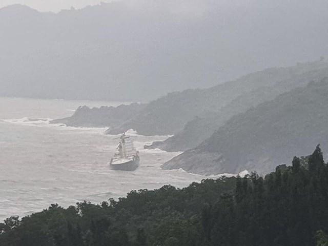 Phát hiện tàu lạ trôi dạt vào vùng biển dưới chân núi Hải Vân - Ảnh 1
