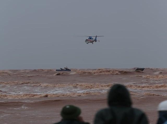 Trực thăng đang tiếp cận vị trí các thuyền viên gặp nạn.