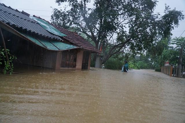 Theo thống kê ban đầu, mưa lũ đã làm 53.385 ngôi nhà trên địa bàn toàn tỉnh Thừa Thiên – Huế bị ngập lụt.