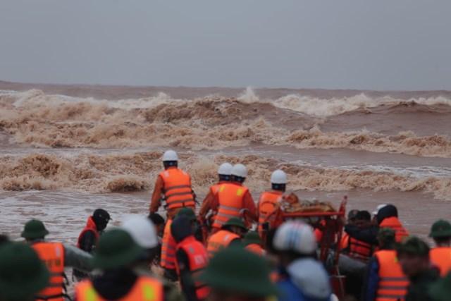 Việc cứu hộ những người gặp nạn trên tàu VietShip 01 đã được diễn ra vô cùng khẩn trương.